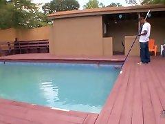Nadržená žena v domácnosti svádí ji bbc bazén chlap