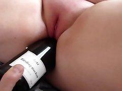 Mit der Flasche gefickt - geile Fotze
