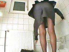 Tuvalette mastürbasyon yapan türk kız