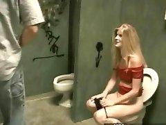 بذيئة غال من الصعب مارس الجنس في المرحاض