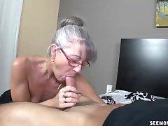 Skinny greyhaired avó chupa o meu pau
