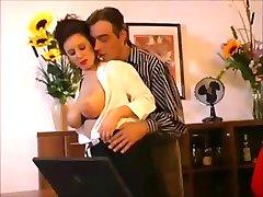 Sexy sekretarka pieprzy się z szefem