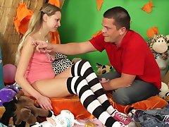 Teenyplayground - Pigitailed blondinka študent jedo veliko cum