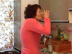 nonna si masturba con bottiglia