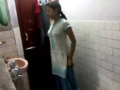 Indiai lány fürdőszoba