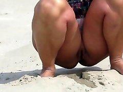 Gola na plaži u Nizozemskoj