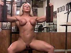 musculosa pelada com masturbari grande