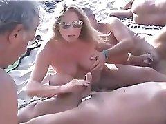 plaja nud - publice frecatul cu sfarcurile străpuns