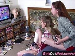 여자 웨스트-레즈비언이 아가씨와 털이고 손질남