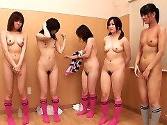 Cinq filles nues montrer leur bonne avec un corps parfait