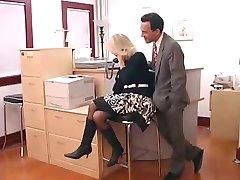 Biuro mamuśki w okularach sprawia, że dobry seks partnera