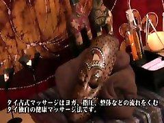 Verleidelijke Japanse masseuse met grote hooters kan de verleiding niet weerstaan een
