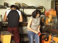 Brunette Gangbanged in de Werkplaats