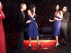 Brytyjska kobieta bliźnięta i przyjaciel zerżnęli na scenie