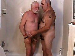 Dwóch dojrzałych mężczyzn usłyszysz