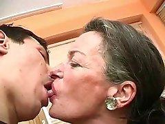 Dame Un Beso A La Abuela