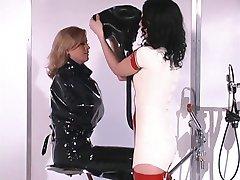 Hot blonde dama elsker gummi bondage