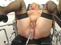 La abuela Norma Funciona en una Máquina del Sexo