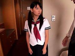 Japanilainen koulutyttö Airi Sato takoi, jonka vanhempi mies