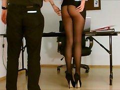 El secretario de pantimedias expuestos.