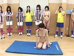 Sexy tenåringer er på hennes kne og suger to kuker for laget