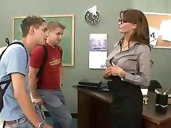 Busty brunette opettaja nussii ja imee hänen kaksi opiskelijaa kolmistaan