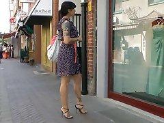 विंडो शॉपिंग में इतालवी ऊँची एड़ी के सैंडल