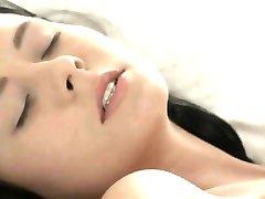 काले बाल वाली आकर्षक महिला चूत में वीर्य नजदीकि