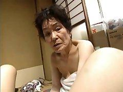 Asiático Trío con la Abuelita