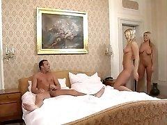 МСД с двумя горячими телом блондинки