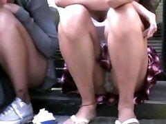 девушка сидит на улице - телок!!