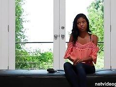 sramežljivi 18yr črno dekle, ki prihaja iz svoje lupine med avdicijo