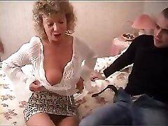 Brittisk mormor går helt galen och försöker att knulla med hennes barnbarn vän
