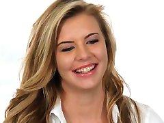 Gjutning Soffan-X Blond tonåring glada över att få i