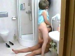 matura seduce pe bărbat mai tânăr în duș