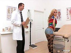 Bubblebutt شقراء في سن المراهقة جيسي روجرز الملاعين لها الطبيب bigdick