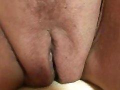Sexy oma zuigt en trekt twee pikken