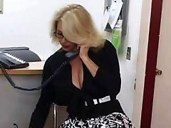 Mature secrétaire se fait éjaculer sur ses gros seins