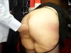 Chubby fransk MILF med et big ass fucked i en sex butikk