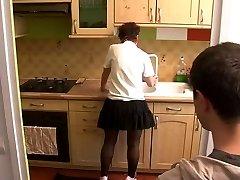 लड़की माँ की यात्रा में रसोई