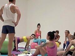 Čerstvé-čelí dospívající v obrovské fitness orgie