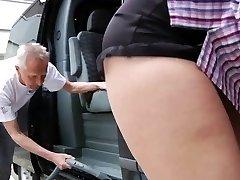 Štěstí oldman šuká exqusite blondýnka dospívající v dodávce
