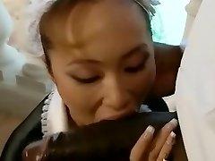 亚洲法国女仆打击一个大的黑色的阴茎