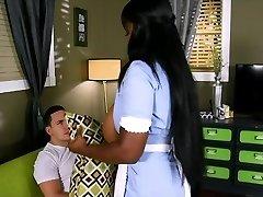 美丽的黑人女佣巨大的奶子获取硬性交