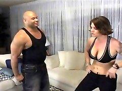 角质的女孩搏斗一只黑公鸡