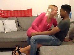 丈夫电影他的妻子与年轻的黑人的情人