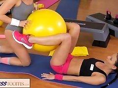 FitnessRooms两个女同性恋健身房合作伙伴的锻炼那么做出来