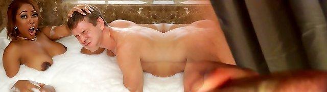Moriah Mills & Markus Dupree in Bubble Bathtub Rump Call - BrazzersNetwork