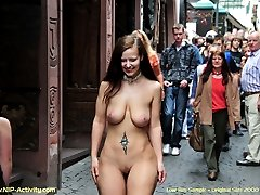 Hot babe displays her nudity in public