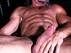 Bear bodybuilder Enrico Rodriguez enjoys some kinky bdsm fun with chains and leather